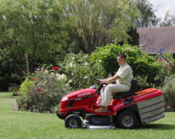Honda HF2620 cutting lawn